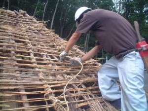 腐食した茅を除去して構造材を補修します